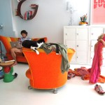 Jongen, kat en sinaasappel