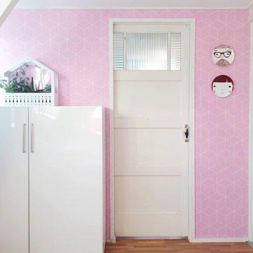 Zilverblauw behang roze