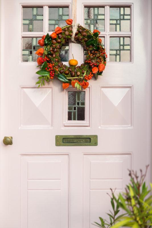 krans op roze voordeur