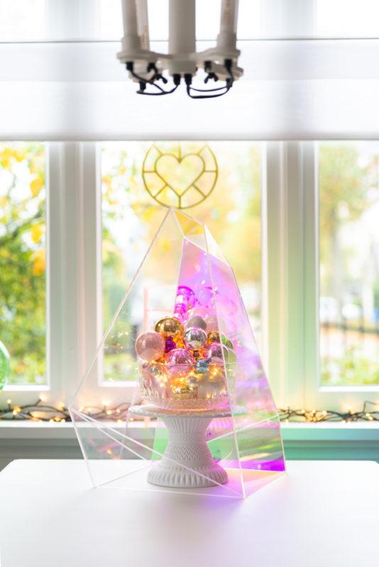 kerstballen en verlichting onder stolp