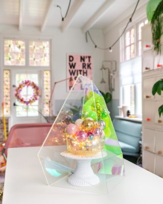 This DIY is perfect in case you have some beautiful baubles left from making a #kringloopkerstballenkrans or if you are just looking for a quick, easy and festive DIY. Read everything about it on my blog, link in bio or swipe up in stories.