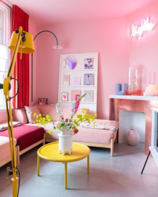 Just a photo of our pink room to end this lovely weekend in style. I'm still very busy and counting down the days until our summer break. Two weeks to go… ☀️
